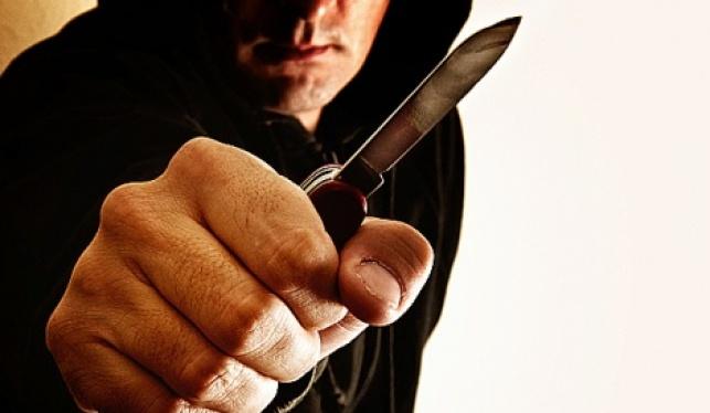הצמיד סכין לצווארי הקורבנות