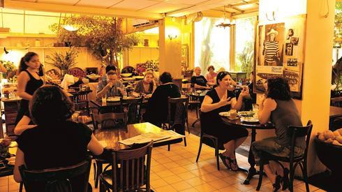 """מסעדת עדנה בימיה הטובים. הבעלים: """"מקווה שלפחות יזכרו אותנו לטובה"""""""