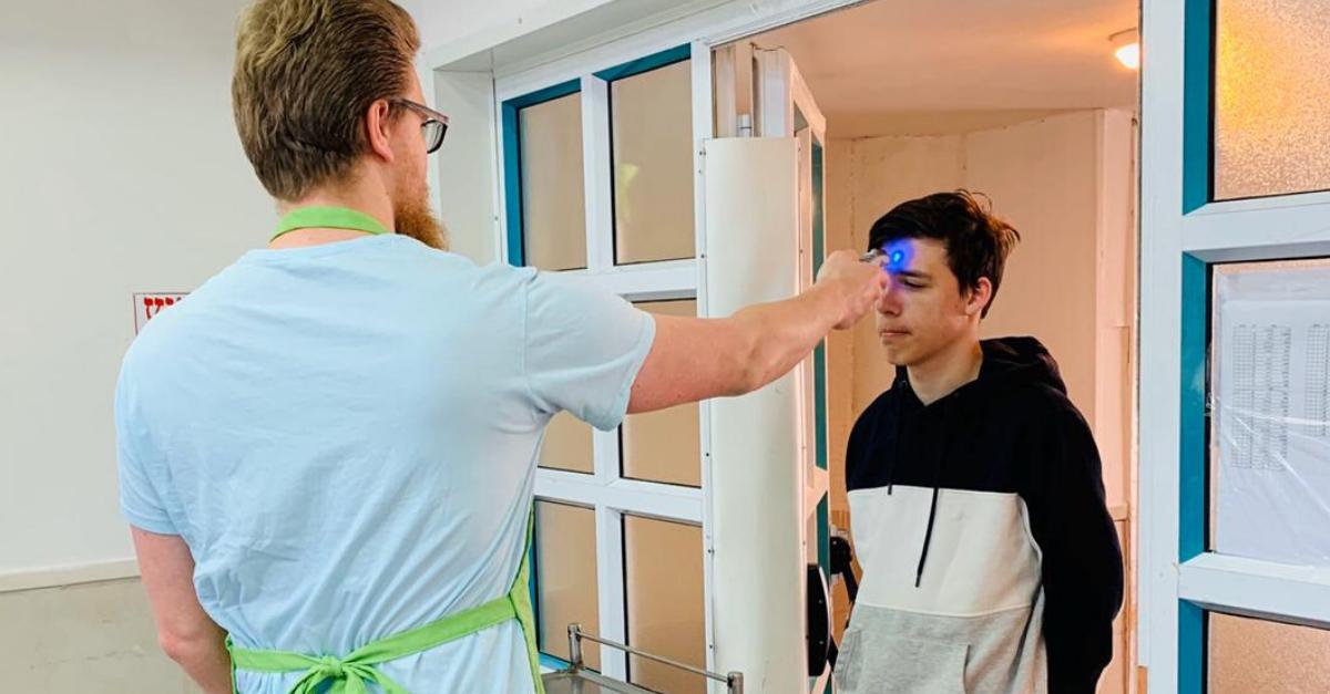 מדידת חום לתלמיד בכניסה לחדר האוכל