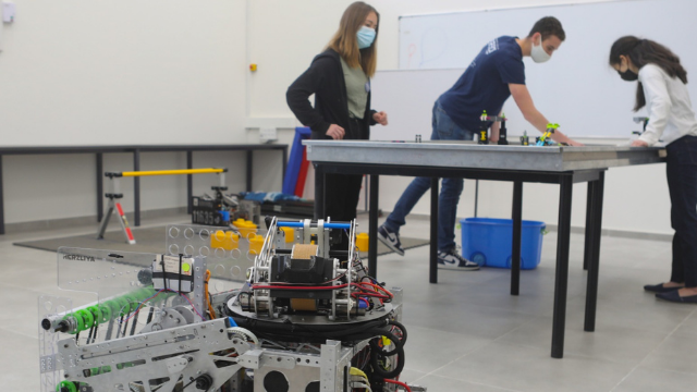 מתחם ומעבדה חדשים לבניית רובוטים