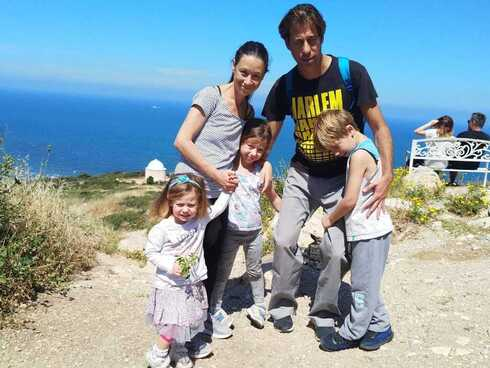 """עידו ז""""ל עם אשתו וילדיו"""