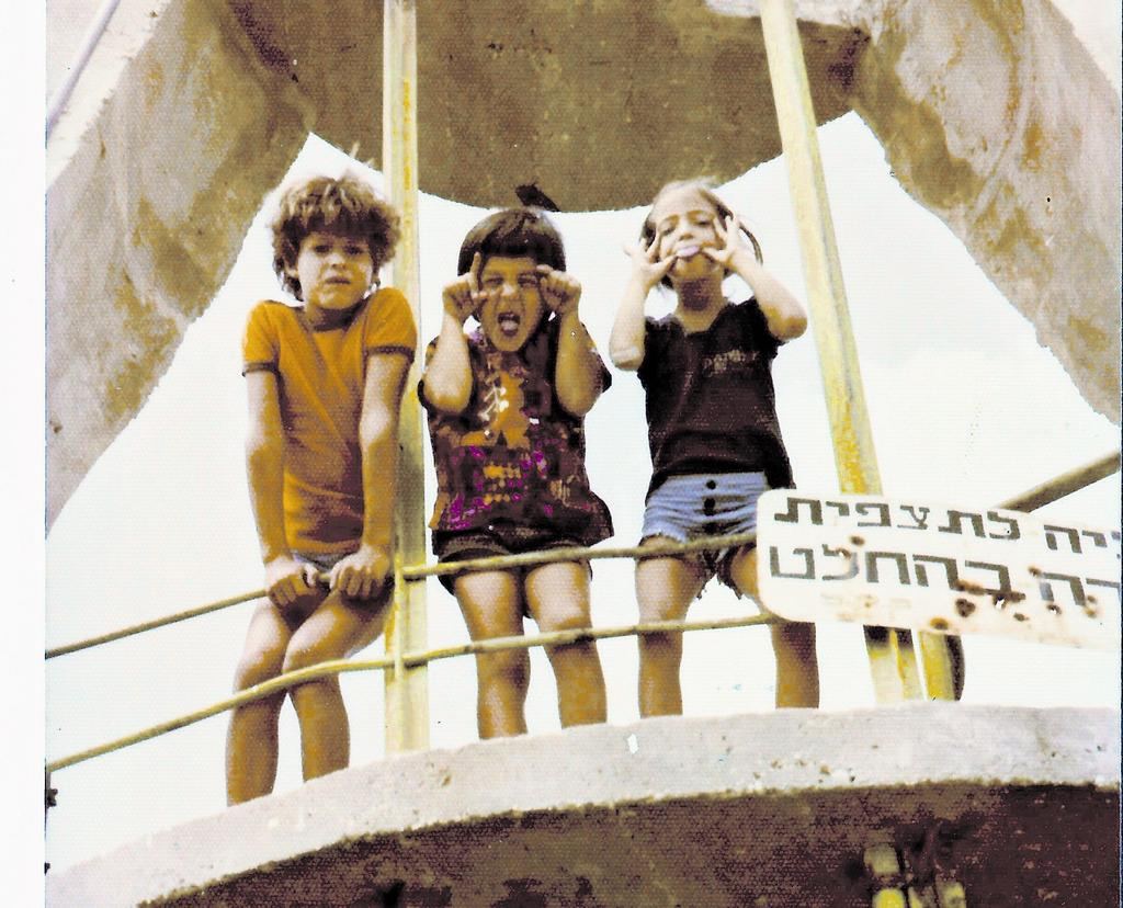 ליהיא, בועד ודדי באנדרטה בכניסה לערד. צילום: מהאלבום המשפחתי