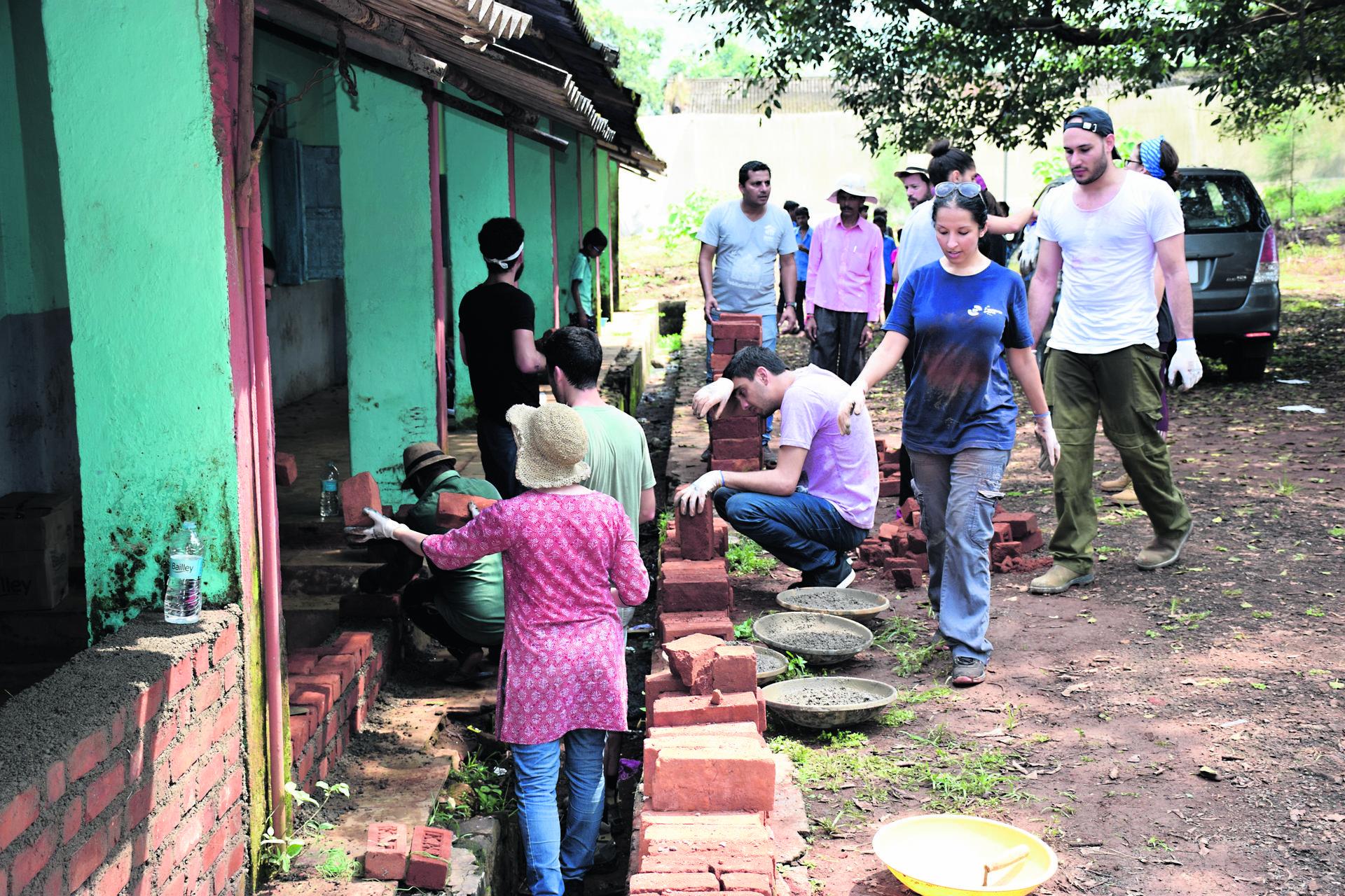 הסטודנטים מסייעים למקומיים בשיפוץ בית הספר בכפר קרג'ט