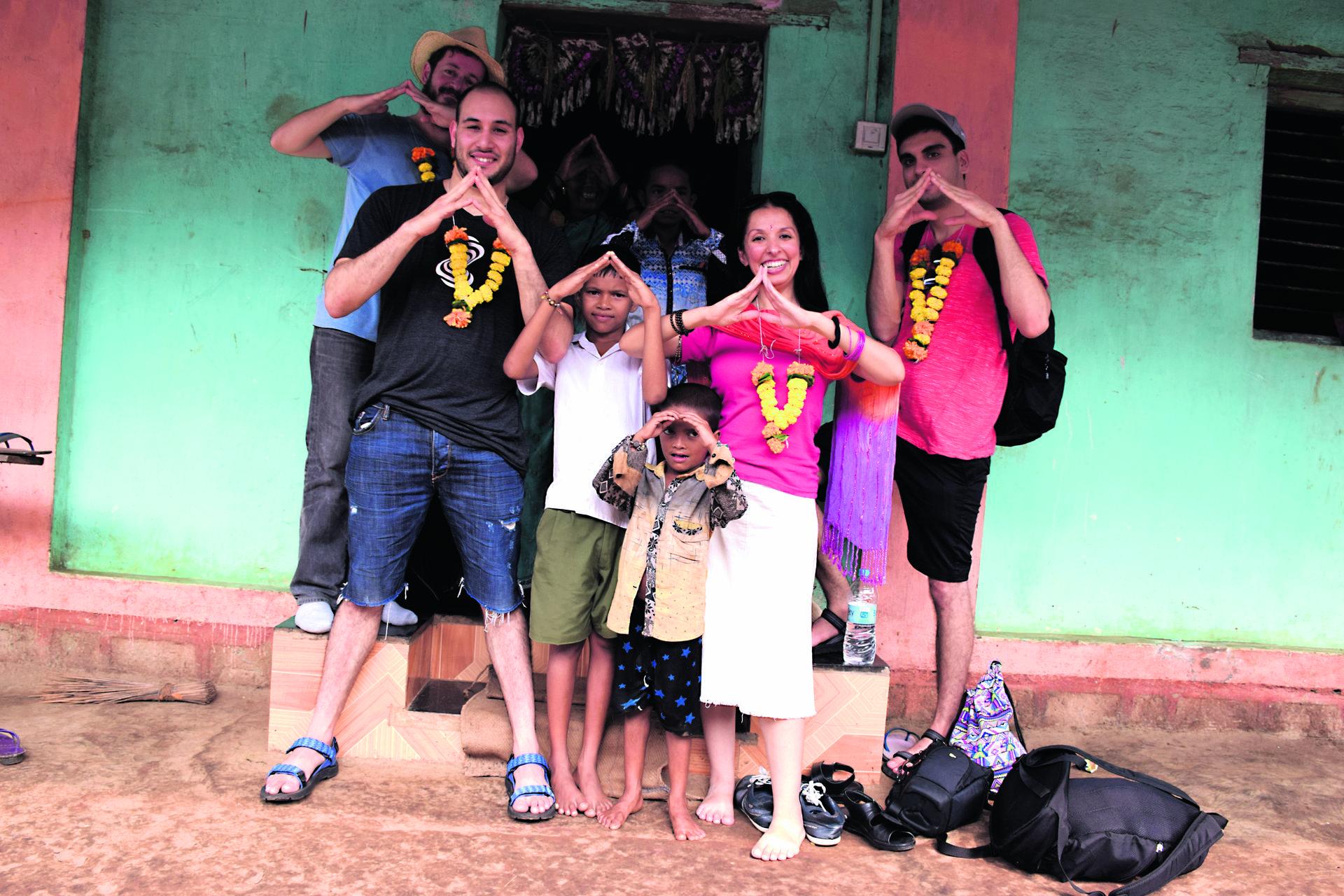 חברי המשלחת עם ילדי אחד הכפרים   צילום: פרטי