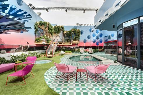 . רהיטי הגן בעיצובה של מעצבת העל פטרישיה אורקיולה. צילום: עודד סמדר
