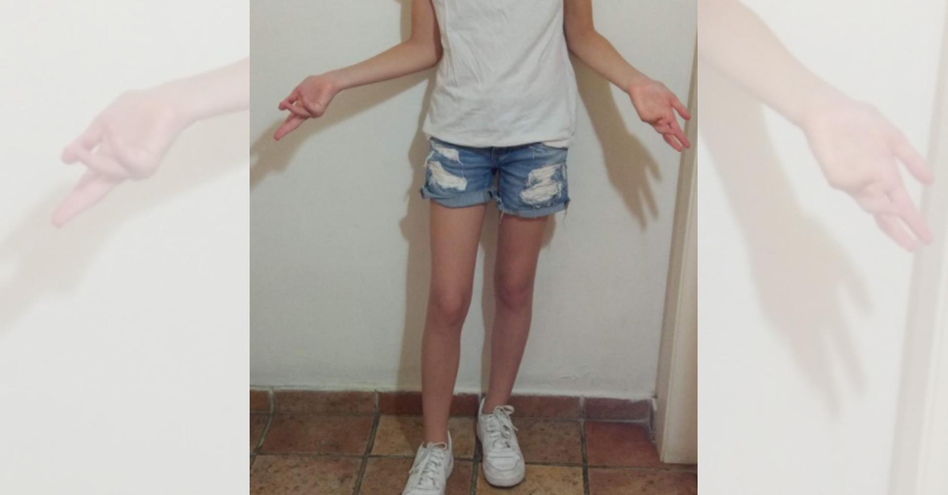 """בגדיה של הנערה ביום הראשון ללימודים   צילום: אלון באב""""ד"""