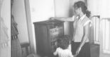 אם ובנה ביום הבחירות | צילום: יהודה איזנשטארק (ארכיון המדינה)