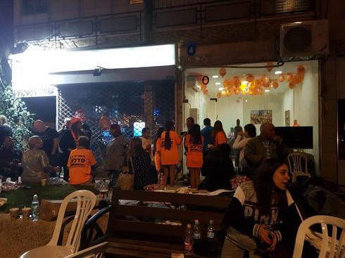 פעילים מתקהלים סביב המטה של פדלון | צילום: נועה בן צבי