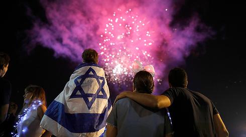 מופעי זיקוקים יום העצמאות. צילום: EPA