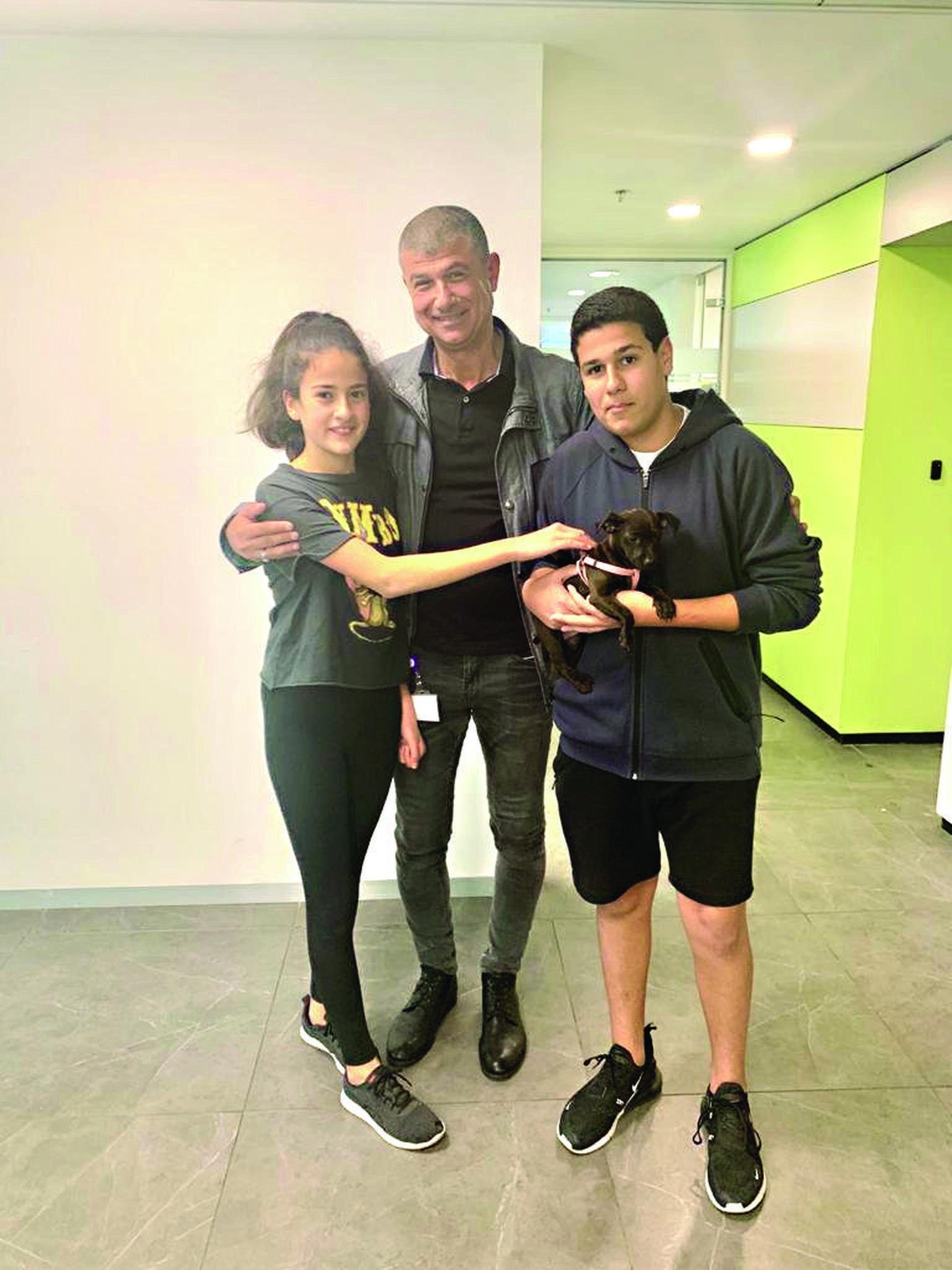 עופר, מתן ומאיה לוי עם לונה צילום: פרטי