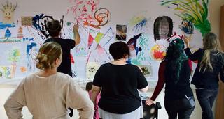 """""""אנשים מקשיביםלמוזיקה ומציירים את מה שעולה להם בראש""""   צילום: דותן ברדה"""